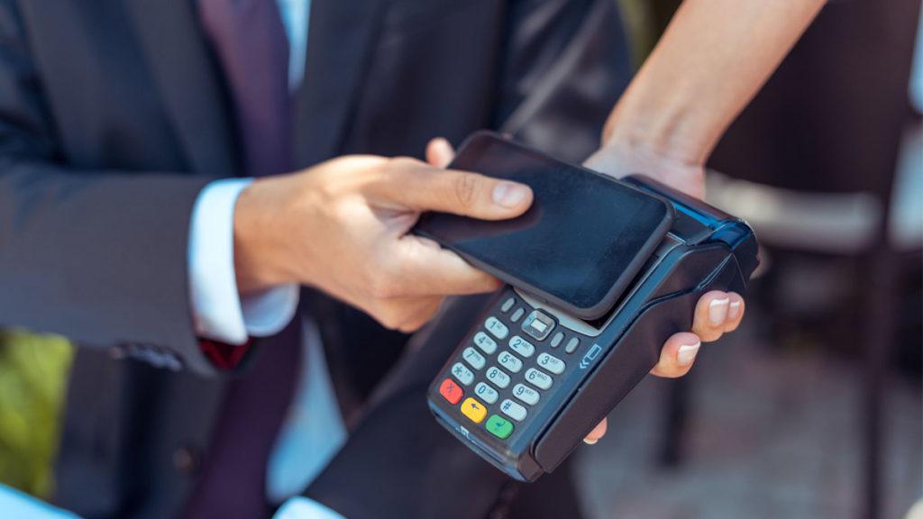 Habilitar el pago por móvil es una muestra de la transformación digital en el sector bancario