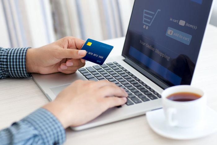 Un hombre paga con tarjeta de crédito sus compras por internet