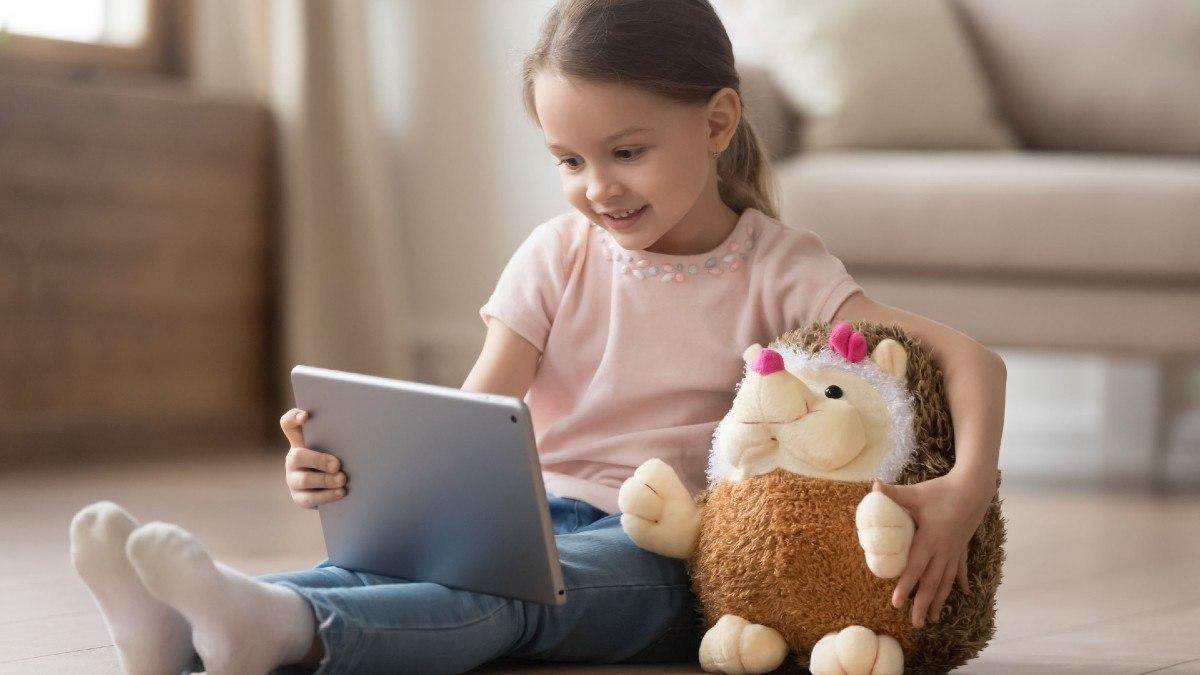 Niña ve vídeos de YouTube Kids en una tablet