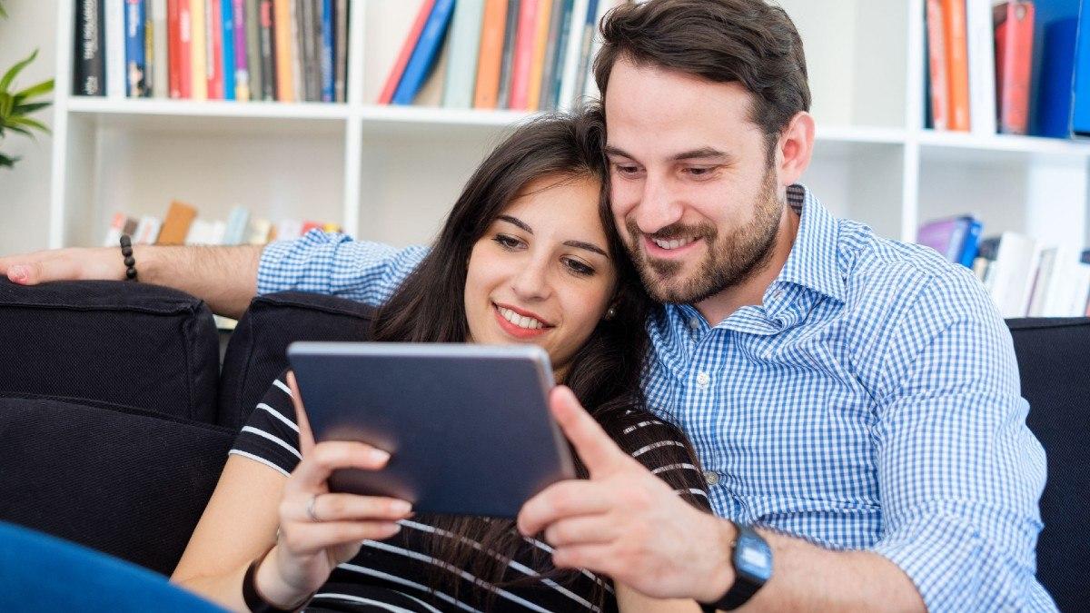 Una pareja consume contenidos audiovisuales en streaming en su tablet