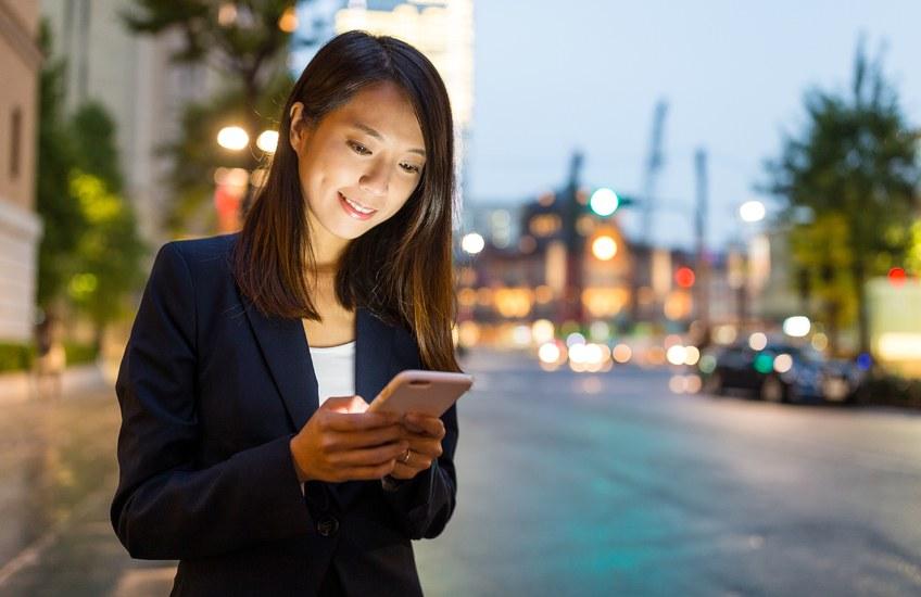 Joven japonesa consultando su teléfono móvil