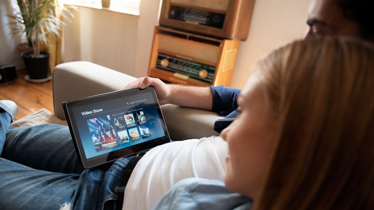 Pareja visiona contenidos de VoD en una tablet